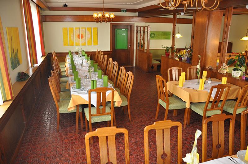 Schön gedecktes Speisezimmer im Gasthof zur Linde