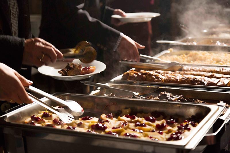 Buffet mit verschiedenen warmen Speisen