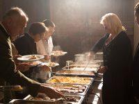 Gäste bedienen sich am Buffet mit verschiedenen warmen Speisen vom Gasthof zur Linde
