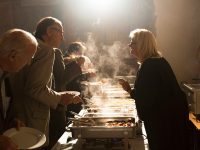 Gäste am Buffet mit verschiedenen warmen Speisen vom Gasthof zur Linde