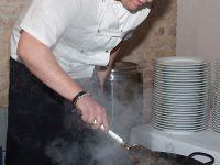 Koch macht Blunzengröstl vom Gasthof zur Linde