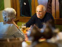 Gäste im Stüberl im Gasthof zur Linde