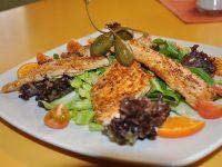 Putenstreifen auf Blattsalat im Gasthof zur Linde