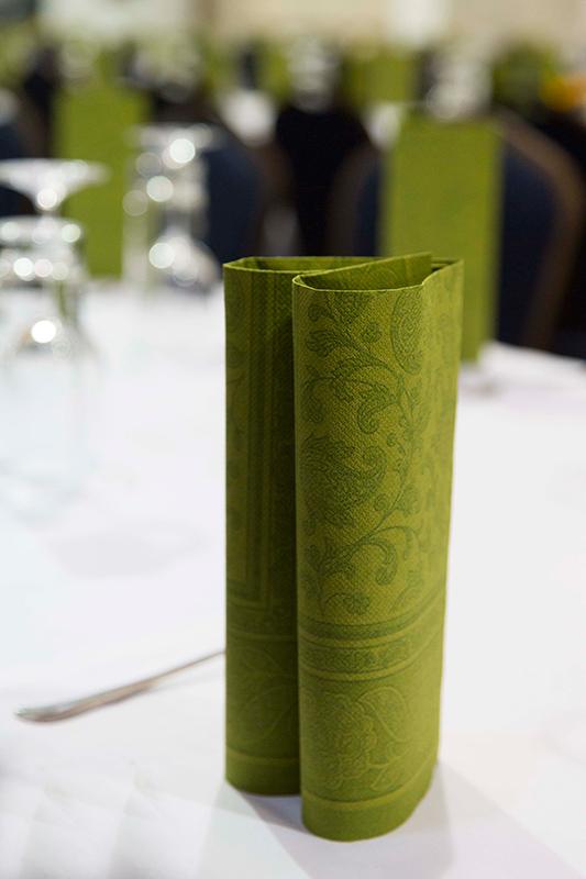 Gedeckter Tisch mit eleganter grüner Serviette im Gasthof zur Linde