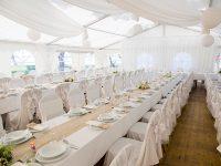 Festlich geschmücktes Festzelt bei der Hochzeit am See