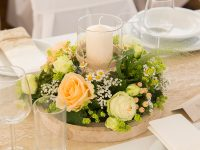 Blumentischgesteck bei der Hochzeit am See