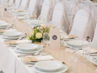 Romantischer Tischschmuck bei der Hochzeit am See