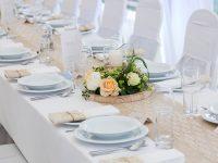Festliche Tafel bei der Hochzeit am See