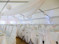 Romantisch geschmücktes Festzelt bei der Hochzeit am See