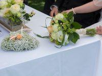 Der Brautstrauß bei der Hochzeit am See
