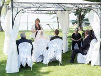 Standesbeamte und Brautleute bei der Hochzeit am See