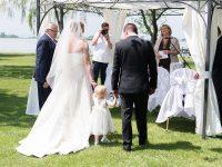 Brautpaar bei der Hochzeit am See