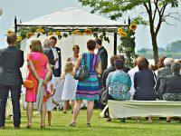 Freunde und Verwandte bei der Hochzeit am Zicksee