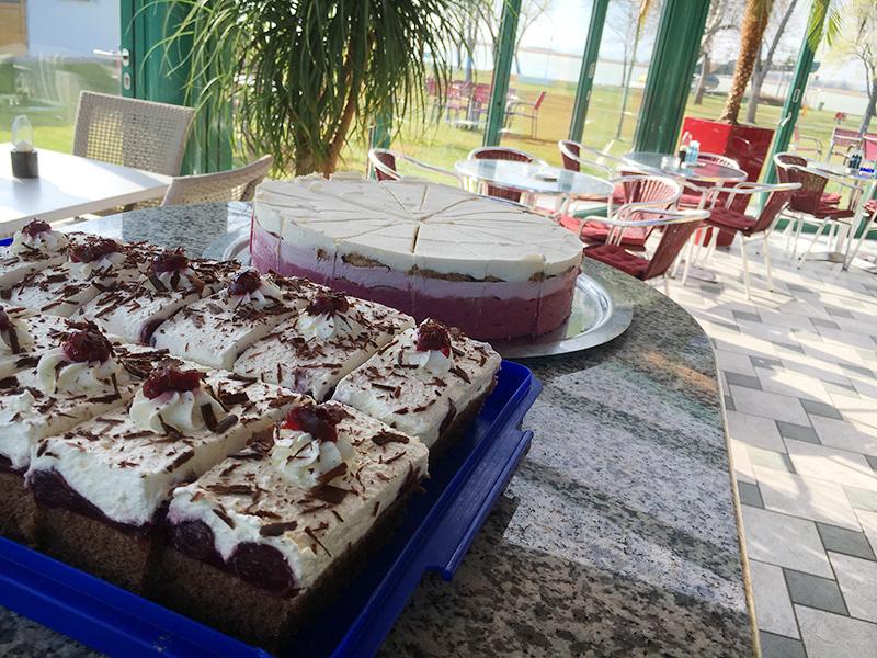 Torte und Drink in der Strandbar Papillon