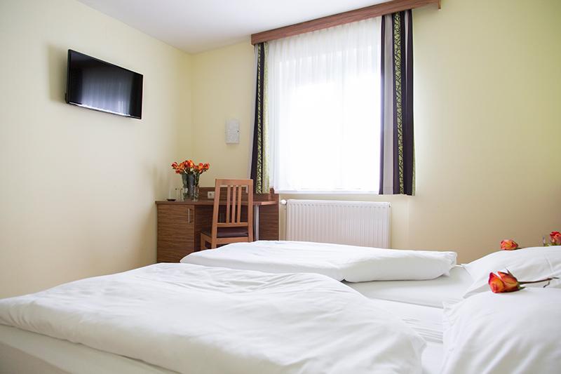 Gästezimmer mit Flat-Screen-TV im Gasthof zur Linde