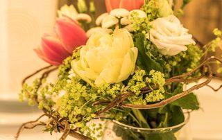 Tischdeko mit frischen Blumen