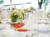 Festlich gedeckter Tisch im Papillon-Festzelt am Zicksee