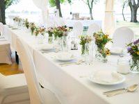 Festlich gedeckte Hochzeitstafel im Papillon-Festzelt am Zicksee