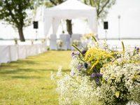 Blumengeschmückte Sitzbänke vor dem Hochzeitspavillon am Zicksee