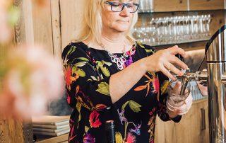Simone Husz-Gelbmann an der Bar